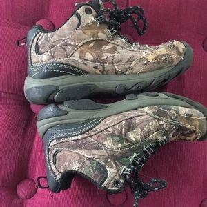 Ozark Trail Shoes - Ozark Trail boy hiking shoes in camo size 13